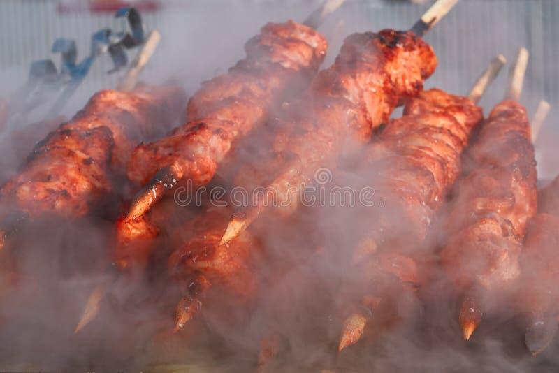 Mięsny szaszłyk na narządzaniu na grilla grillu Pieczona wołowina Kebabs jest na BBQ w kontrparze i dymu zdjęcie royalty free