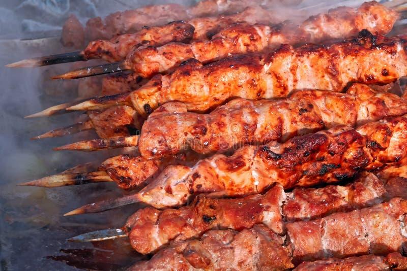 Mięsny szaszłyk na narządzaniu na grilla grillu Pieczona wołowina Kebabs jest na BBQ w kontrparze i dymu fotografia stock