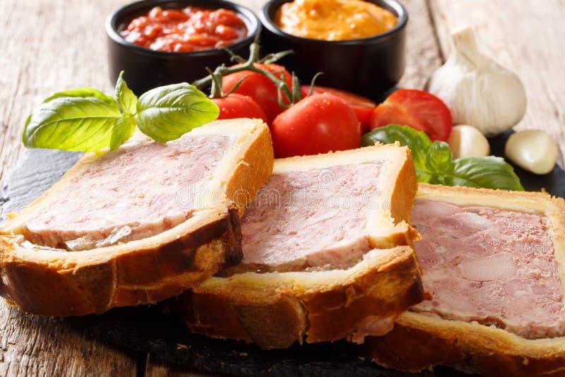 Mięsny terrine, łeb z pikantność, czosnek słuzyć z warzywami zdjęcia stock