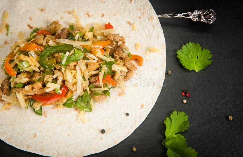 Mięso i warzywa w tortilla obraz stock