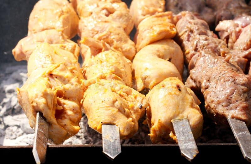 Mięso kawałki na kijów piec na grillu zdjęcia stock