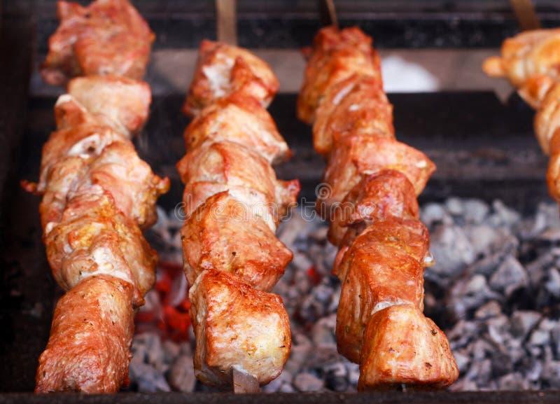 Mięso kawałki na kijów piec na grillu zdjęcia royalty free