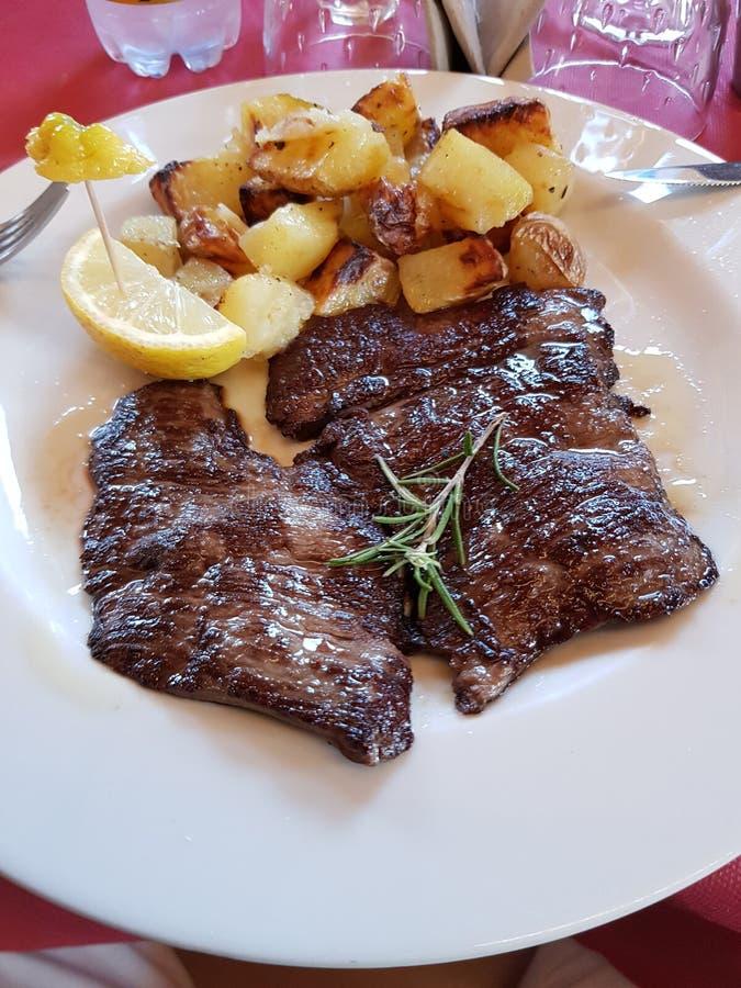 Mięso końskie, ziemniaki pieczone i cytryna zdjęcia stock