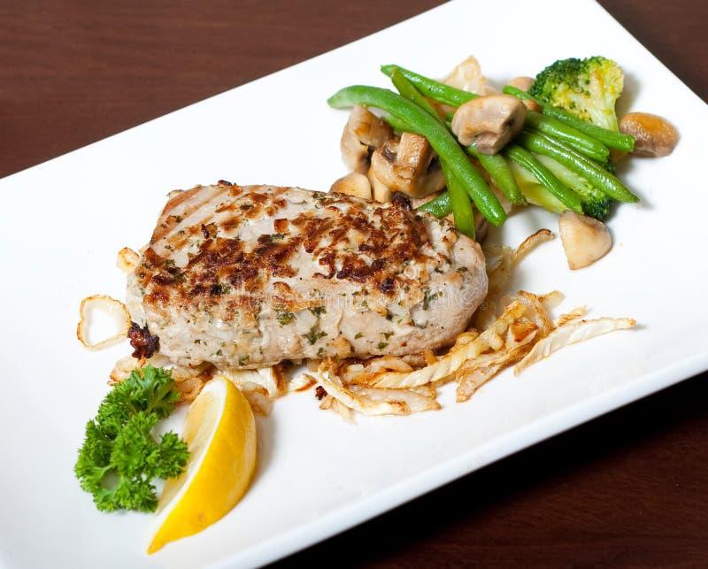 Mięso na białym talerzu z warzywami fotografia stock