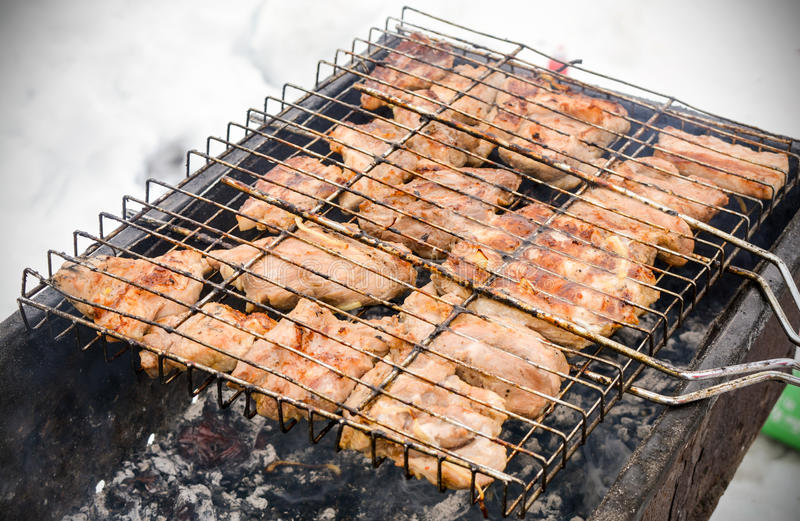 Mięso na grillu z dymem fotografia stock