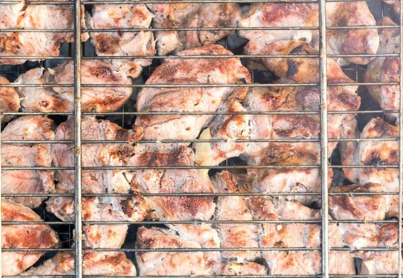 Mięso na grillu z dymem obrazy stock