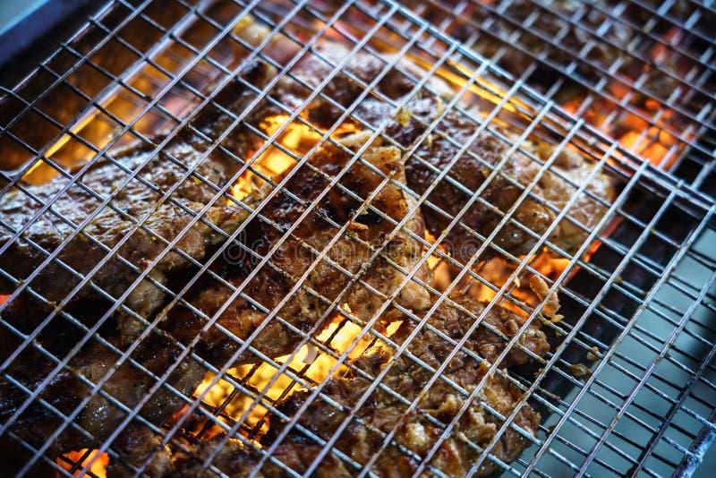 Mięso na grillu z płomieniem na terenach odkrytych grilla obraz royalty free
