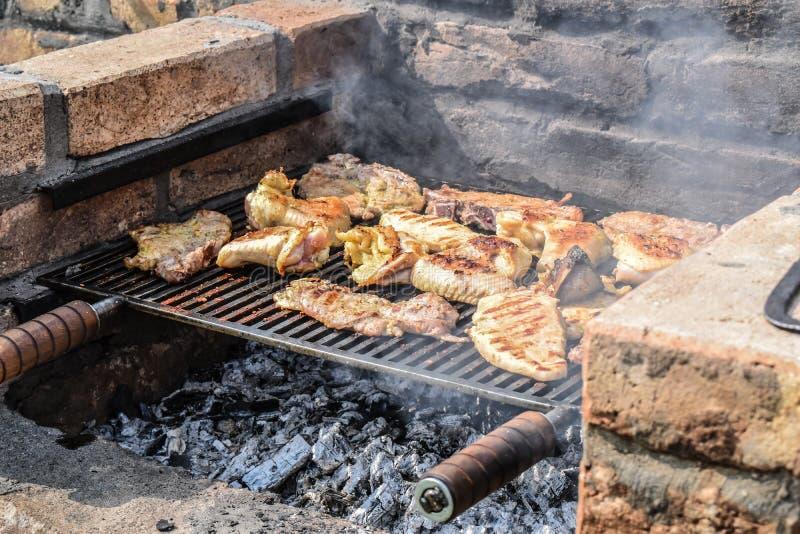 Mięso piec na grillu na starym ogrodowym grillu obrazy stock