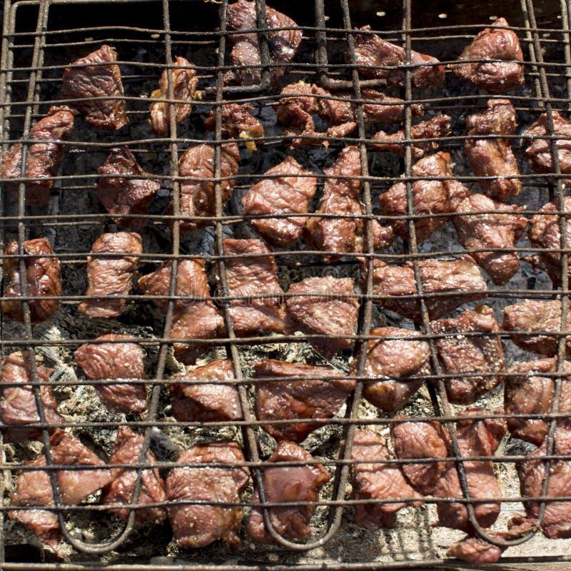 mięso smaży na grillu nad węglami fotografia stock