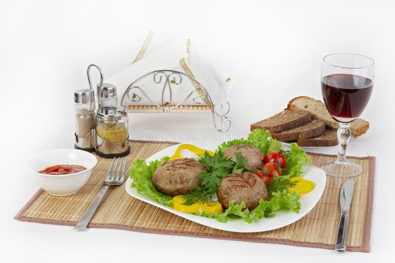 Mięso wołowina, round rhizol Round mięśni cutlets z zieleniami, pomidorami i szkłem wino, Pożytecznie i smakowity śniadanie obraz stock