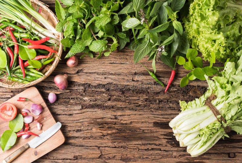 Miętówka, słodki basil, sałata i chili na drewnianym tle, zdjęcia stock
