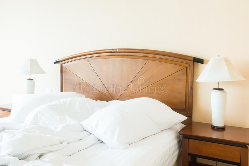 Miętosi poduszkę na łóżku obrazy royalty free