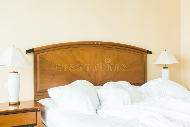 Miętosi poduszkę na łóżku zdjęcia royalty free
