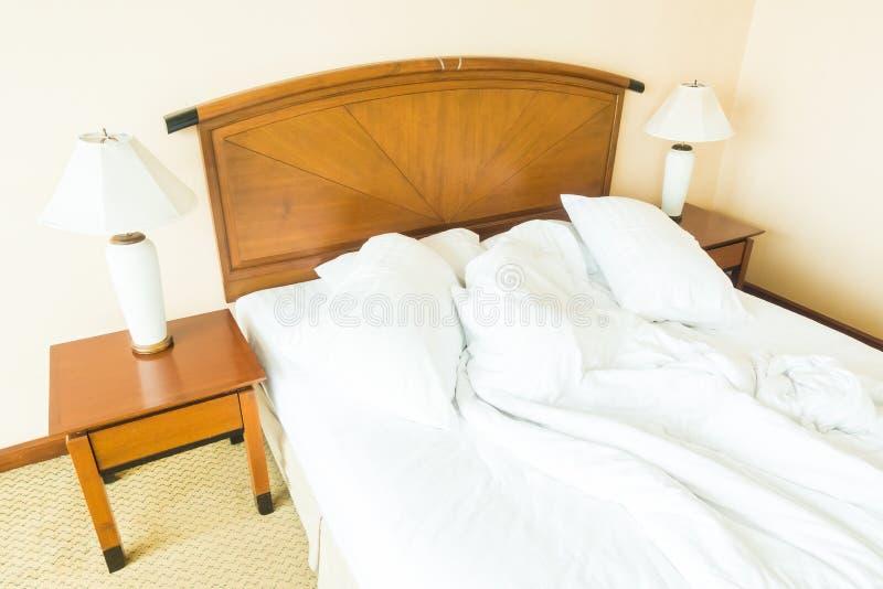 Miętosi poduszkę na łóżku fotografia stock