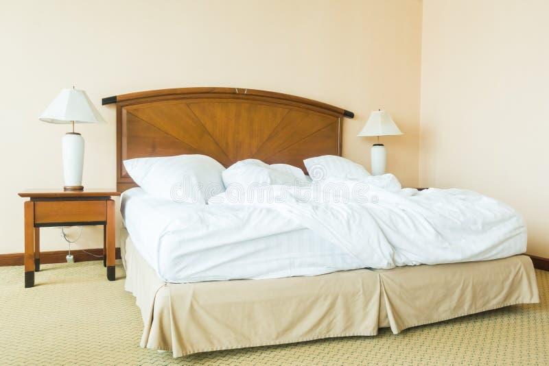 Miętosi poduszkę na łóżku fotografia royalty free