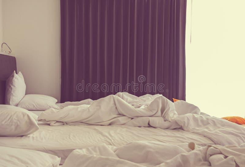 Miętoszę unmade łóżko biały sypialni wnętrze zdjęcia royalty free