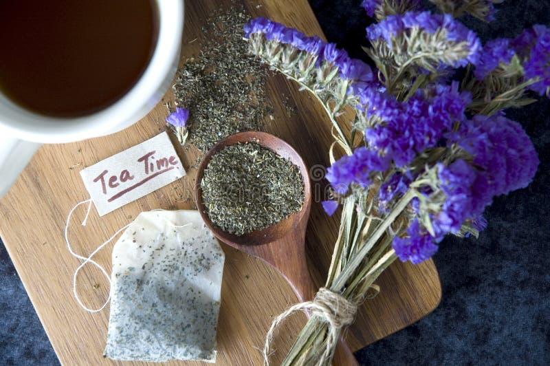 Miętowa herbata na drewnianej desce zdjęcie royalty free