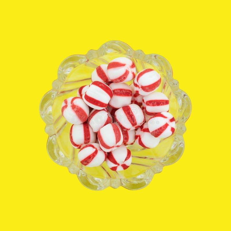 Miętowe piłki w zaprowadzonym szklanym pucharze obrazy stock
