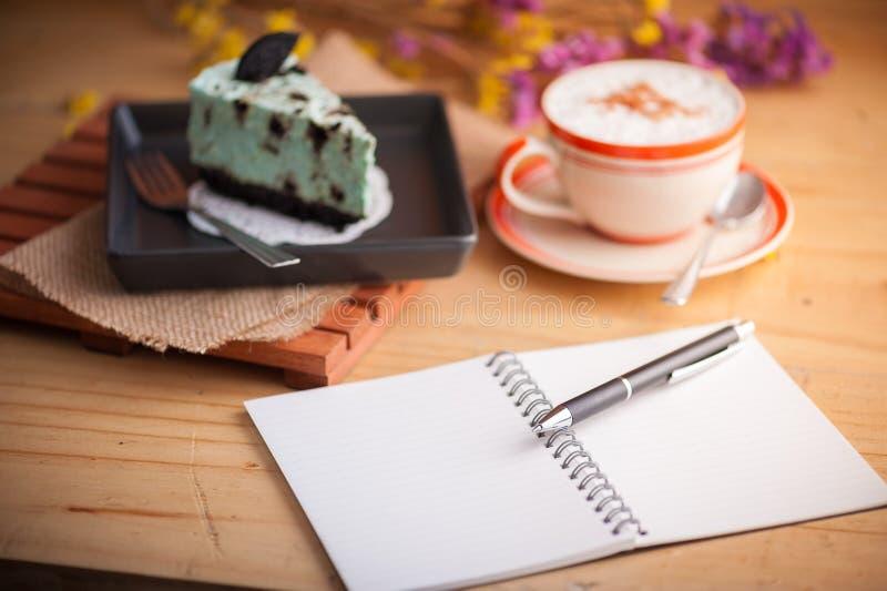 Miętowy cheesecake w kawiarni obrazy stock