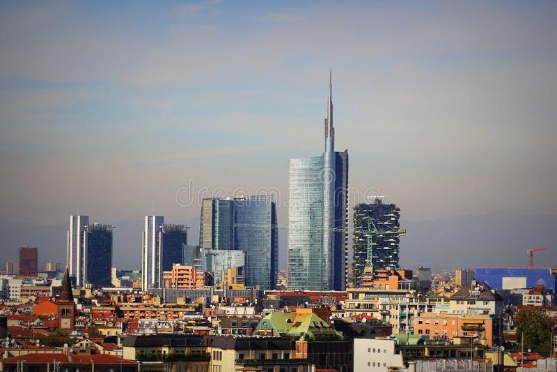Miłańska linia pochyła z nowoczesnymi drapaczami chmur w Porto Nuovo Business District, Włochy Panorama miasta Milano zdjęcia royalty free
