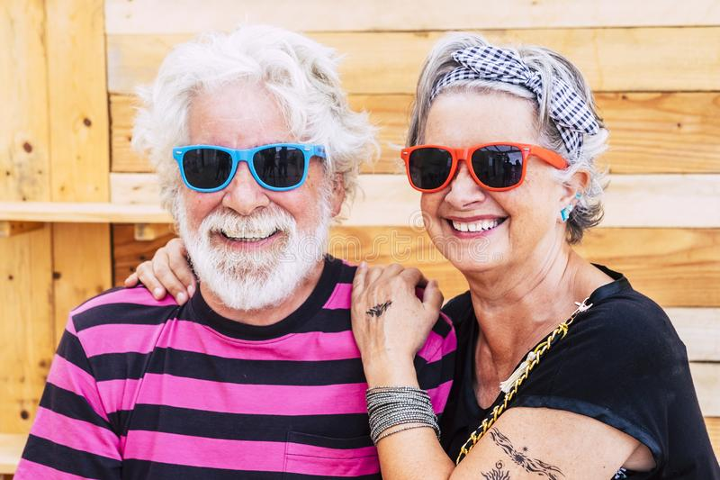 Miła i młoda, aktywna para w miłości i przyjaźni przed kamerą - bez ograniczeń dla współczesnego emeryta zdjęcie stock