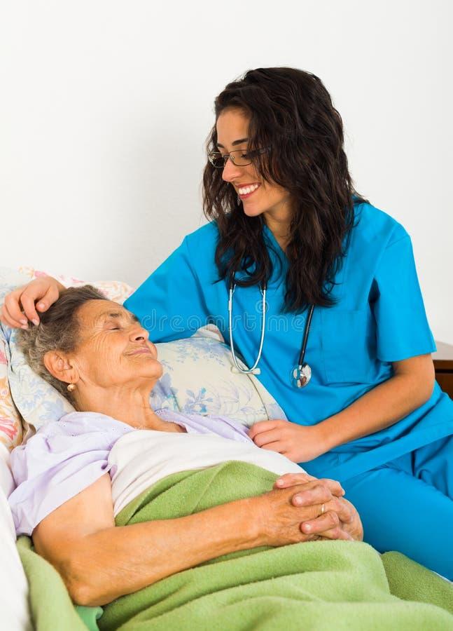 Miła pielęgniarka z starszymi osobami zdjęcia stock