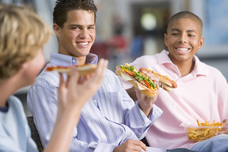 miłego chłopca fast foody nastoletniego razem lunch obrazy stock