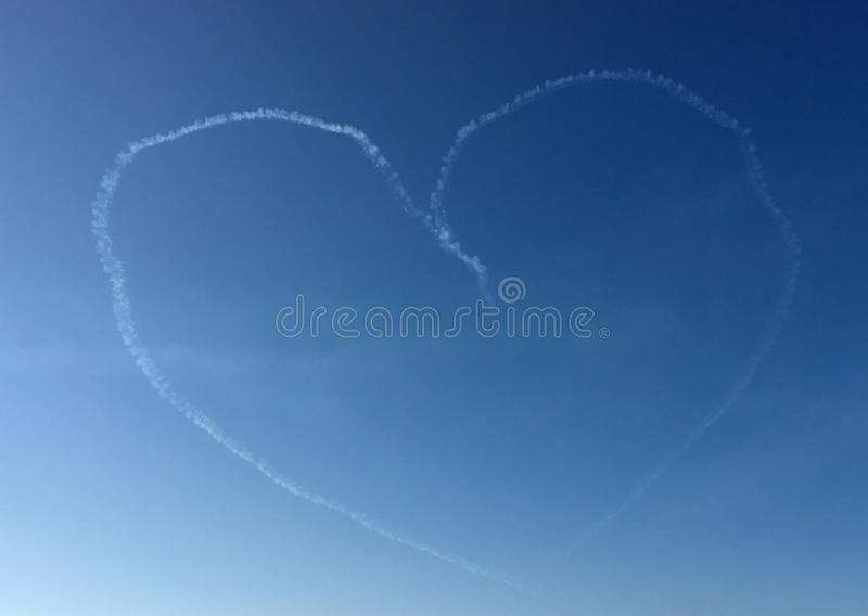 Miłość ślad na niebieskim niebie obraz stock