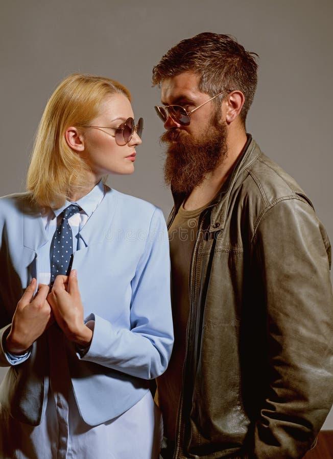 Miłość daje wolności miłość pary Para mężczyzna i kobiety odzieży mody szkła Moda modele w szkłach Miłość fotografia royalty free