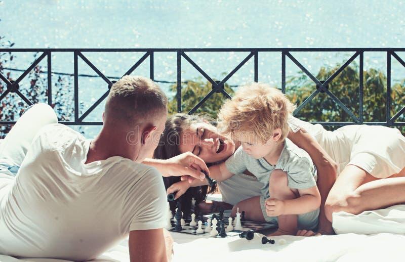 Miłość i zaufanie jako wartości rodzinne kocha pojęcie rodzinny sztuka szachy z chłopiec na pogodnym balkonie zdjęcia royalty free
