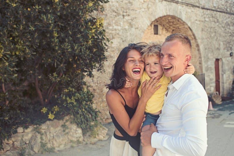 Miłość i zaufanie jako wartości rodzinne Matka i ojciec z synem plenerowym Wakacje szczęśliwa rodzina Dziecko z ojcem zdjęcia stock