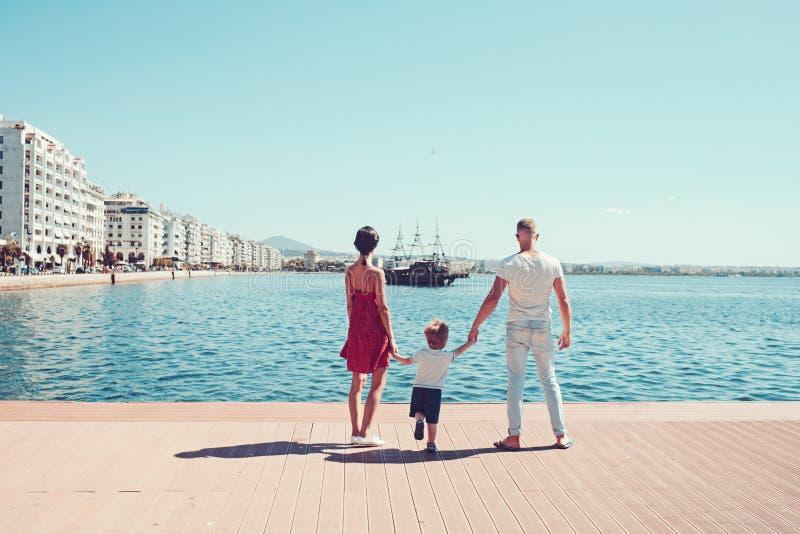 Miłość i zaufanie jako wartości rodzinne Matkuje i ojcuje z syna spojrzeniem osaczonym z statkiem Dziecko z ojciec i matka Lato zdjęcia stock