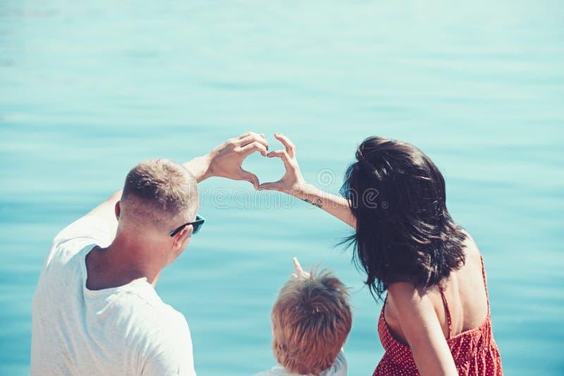 Miłość i zaufanie jako wartości rodzinne Rodzinna podróż z dzieciakiem na matek lub ojców dniu Wakacje szczęśliwa rodzina zdjęcia royalty free