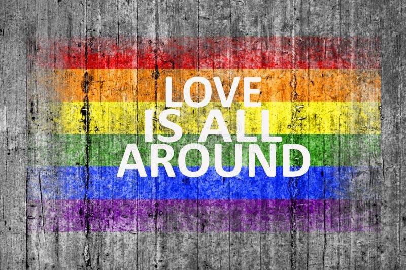 Miłość jest wszystko wokoło i LGBT zaznaczają malują na tło tekstury szarość betonie fotografia royalty free