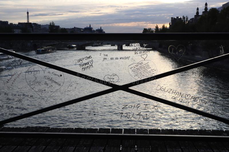 Miłość kędziorka mostu kędziorka usunięcie z miłość wiadomościami pisać na plastikowych barierach zdjęcia stock