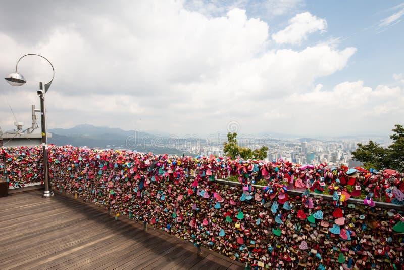 Miłość kędziorki przy N Seul wierza fotografia stock