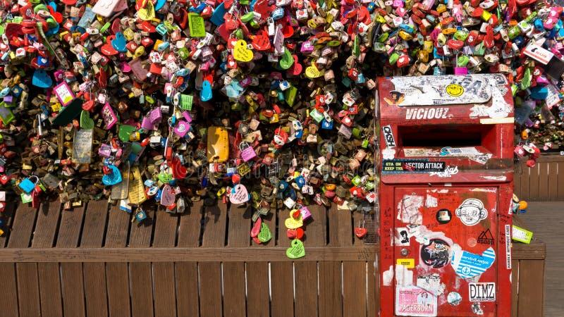 Miłość kędziorki przy N Seul wierza zdjęcia stock