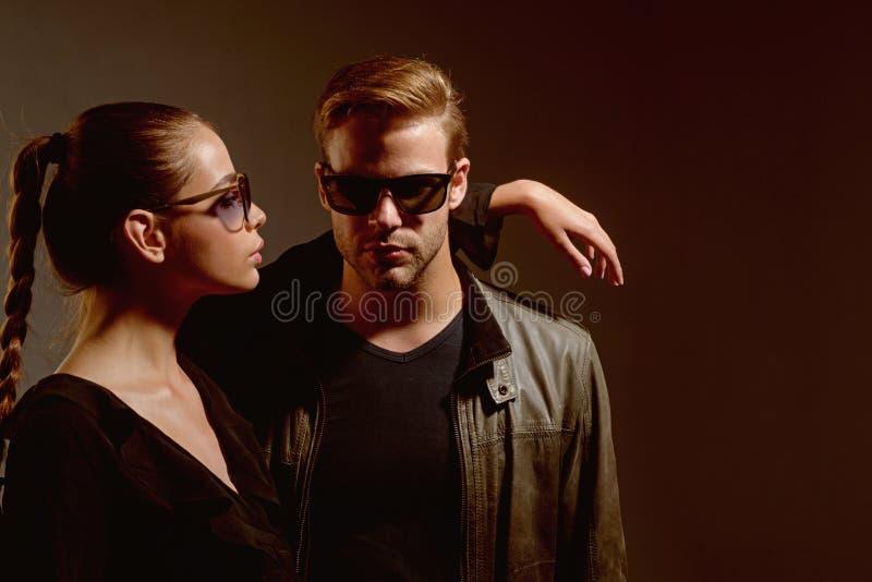 miłość real Moda modele w modnych słońc szkłach miłość pary Para mężczyzna i kobiety odzieży mody szkła Miłość obraz stock