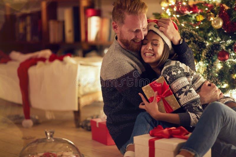 Miłość, szczęście dla bożych narodzeń, pojęcie romantyczna para w miłości obraz royalty free