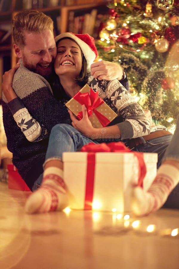 Miłość, szczęście dla bożych narodzeń, pojęcie uśmiechnięta para w miłości przy bożymi narodzeniami zdjęcia stock