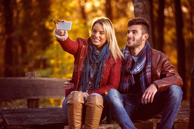Miłość w park parze w parkowym bierze selfie fotografia stock