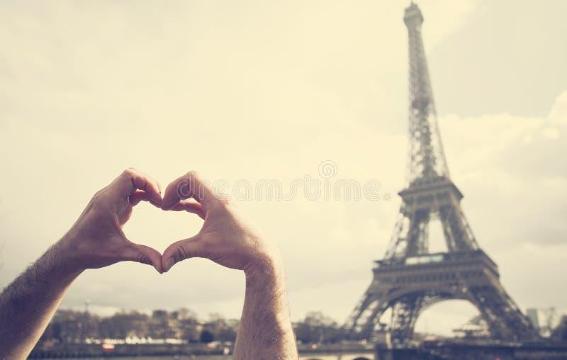 Miłość w Paryż - ręki tworzy kierowego kształt przed Eiff fotografia royalty free