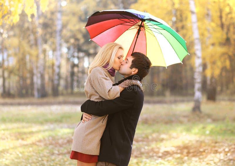 Miłość, związek, zobowiązanie i ludzie pojęć, - szczęśliwa para obraz stock