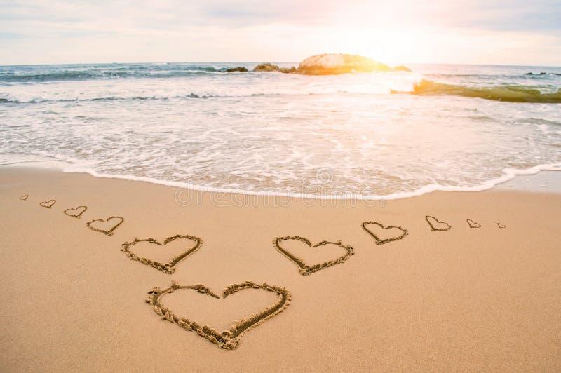 Miłości światła słonecznego serca plaża obrazy royalty free