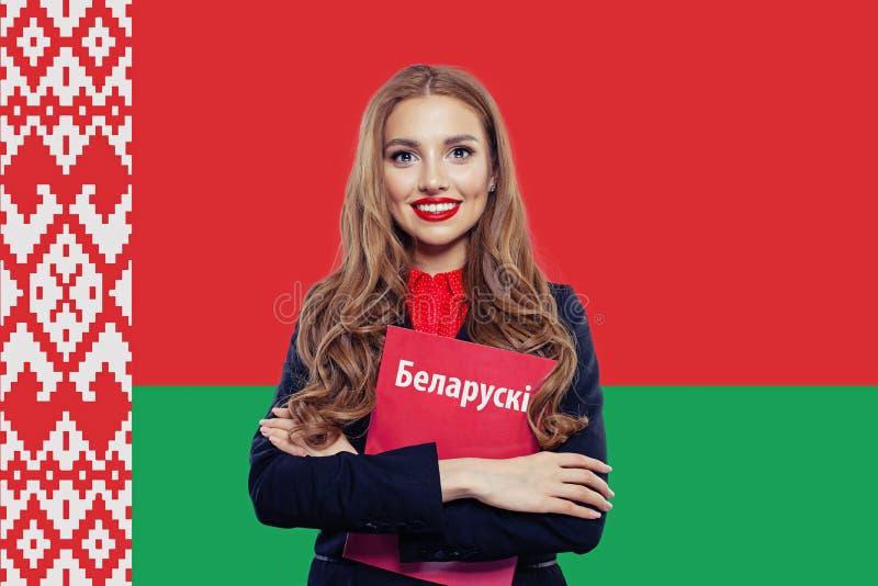 Miłości Białoruś pojęcie Szczęśliwa kobieta i czerwieni książka zdjęcia royalty free