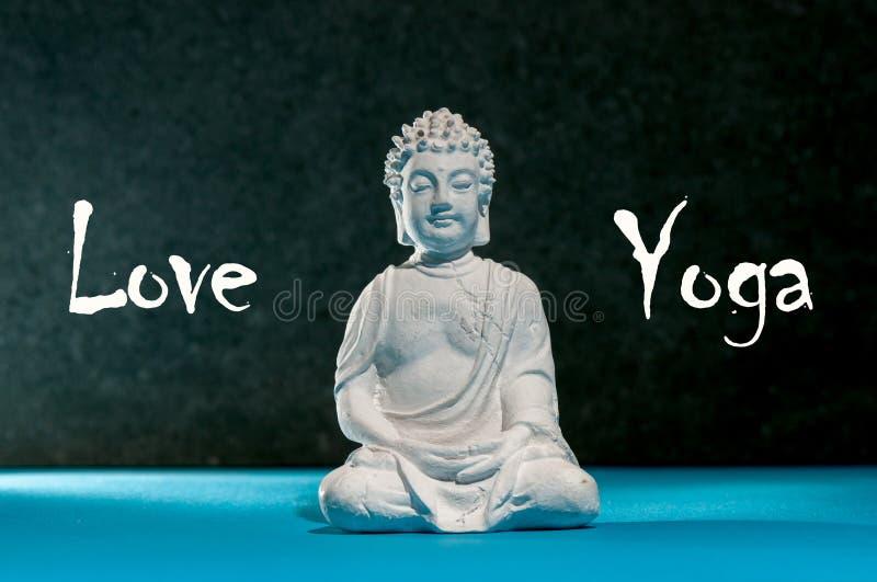 Miłości joga Figurka Buddha Medytujący Buddha statuę lubi sumbol joga, zen i zdrowy życie, obraz stock