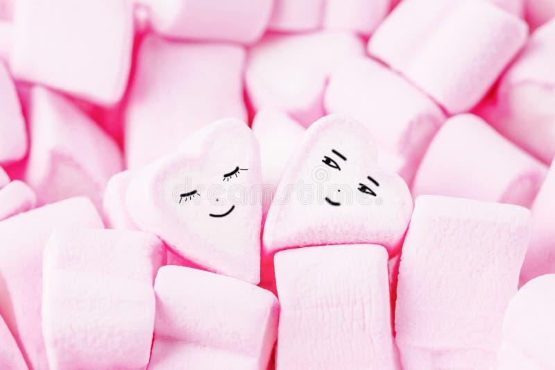 miłości mężczyzna sylwetek tematu kobieta Różowi marshmallow serca z śmieszną twarzą Walentynki ` s dnia tło obraz stock