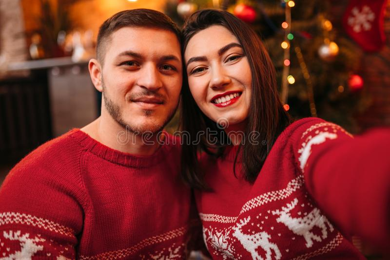 Miłości para robi selfie, Bożenarodzeniowy świętowanie obraz stock