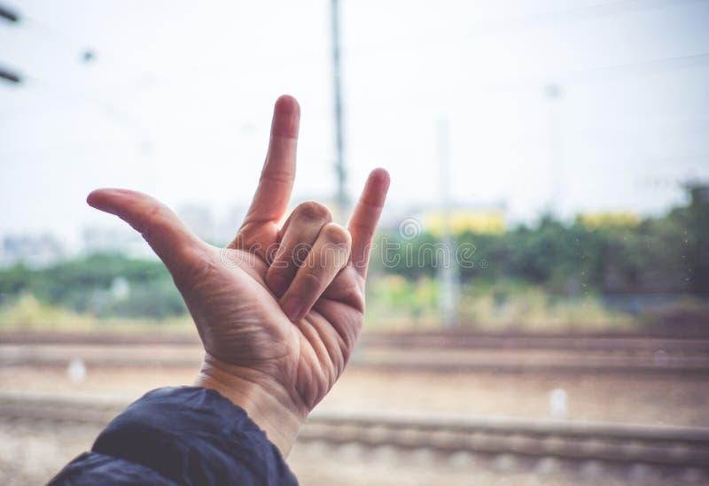 Miłości ręki znak z zamazanym pociągu śladem przy tłem, miłości mostownica zdjęcia stock