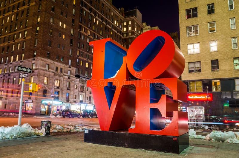 Miłości rzeźba przy nocą w Nowy Jork fotografia stock